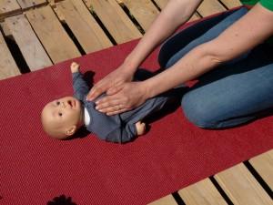 massage bébé : apprendre à comprendre bébé
